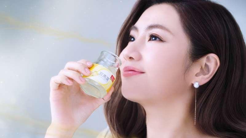 Selina的日常保養秘訣除了運動,也會喝天地合補官燕窩來寵愛自己,維持明亮好氣色。(圖/佳格提供)