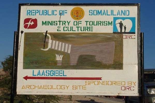 觀光招牌顯示通往,索馬利蘭首都哈爾格薩郊區游牧地帶的拉斯吉爾(Laas Geel)岩洞壁畫群。(Charles Roffey @Wikipedia/CC BY-SA 3.0)
