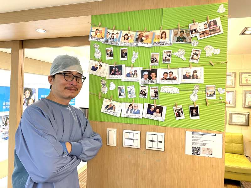 圖三、瑞比牙醫診所門口有一面溫馨的患者合照留言牆,感謝張箭球幫他們找回口腔健康(圖片來源:瑞比牙醫)