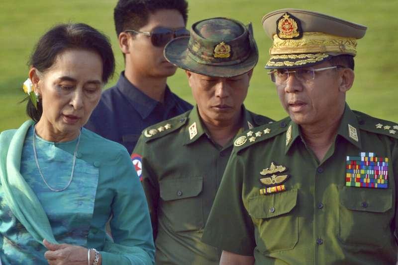 緬甸國務資政翁山蘇姬與國防軍總司令敏昂萊(Min Aung Hlaing,右)。(美聯社)