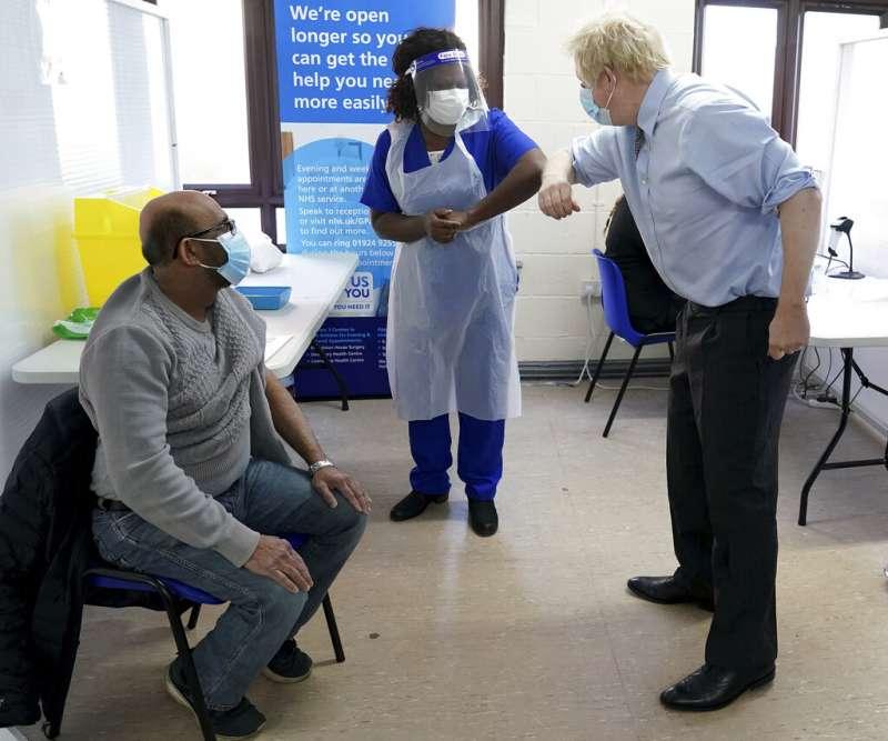英國首相強森視察新冠疫苗的接種狀況。(美聯社)