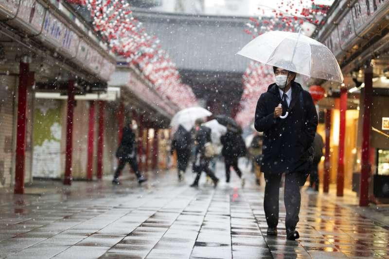 日本東京的雨中即景。(美聯社)