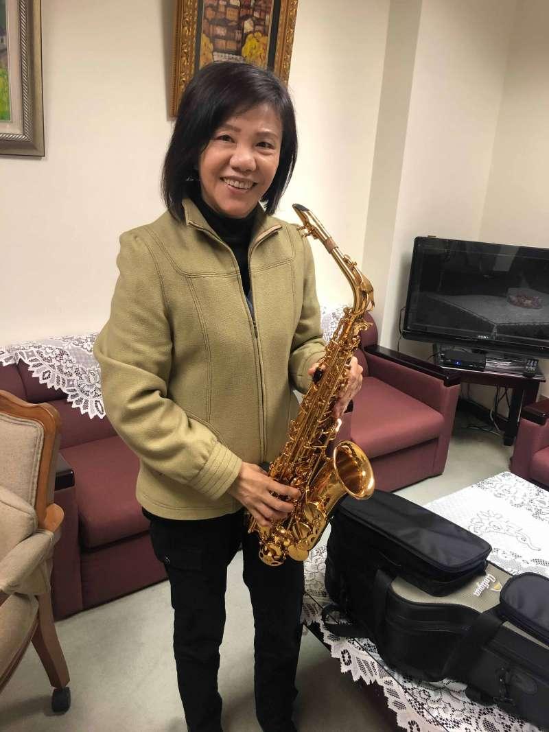 20210203-監察委員葉宜津近來正學習薩克斯風演奏。(顏振凱攝)
