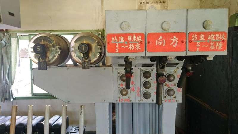 20210203-機械式電氣號誌閘柄、閉塞方向閘柄。(取自維基百科)