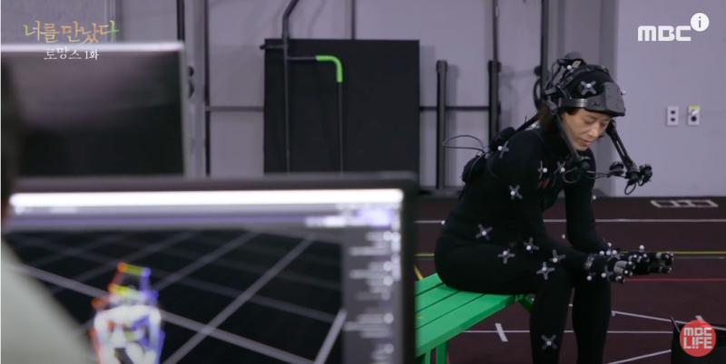 透過真人動作,設定妻子在VR中的舉手投足。(圖/MBClife YouTube)