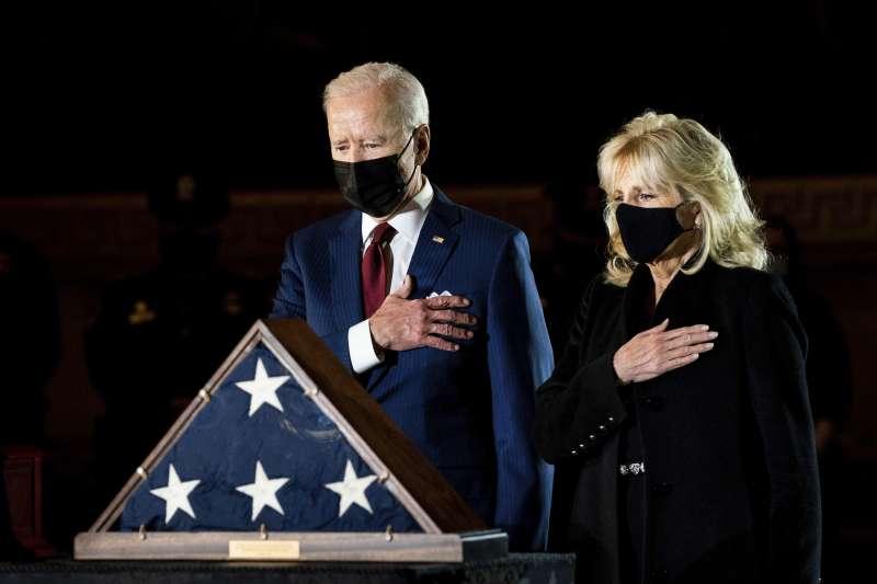 2日晚上,總統拜登與夫人親自到場向殉職國會警察表示敬意。(AP)