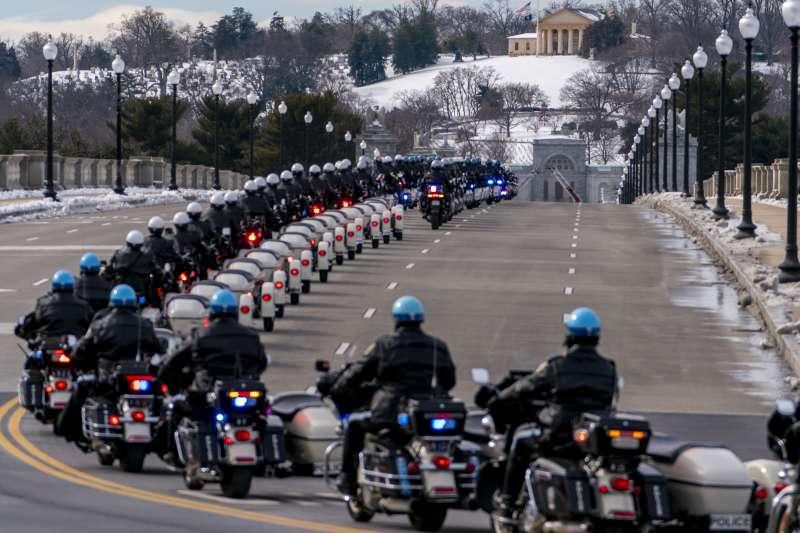 追悼儀式後,數百名警察同僚於國會東面列隊向殉職警官希克尼克致敬。(AP)