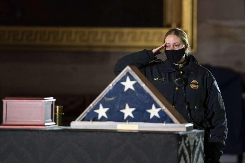 國會暴動殉職警官追悼儀式上,多位與他交好的同事、國會議員紛紛為他的離去流下眼淚。(AP)