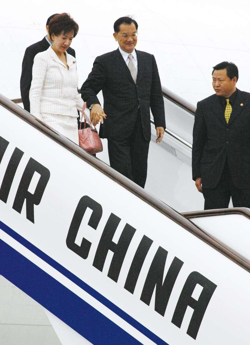 2005年4月國民黨主席連戰赴中國訪問,與中共總書記胡錦濤會面。「連爺爺」的「破冰之旅」影響最大的是,國、共兩黨把「九二共識」視為兩岸關係基礎。(郭晉瑋攝)