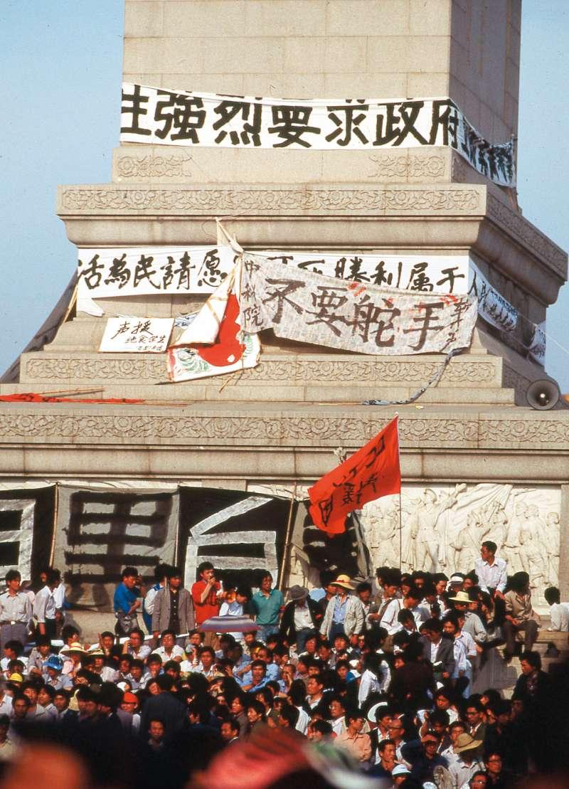 胡耀邦過世,民眾集會追思,並藉機表達對改革開放後諸多社會矛盾的不滿,訴求也提升到要求政治體制改革,最終演變成全球矚目的六四天安門事件。