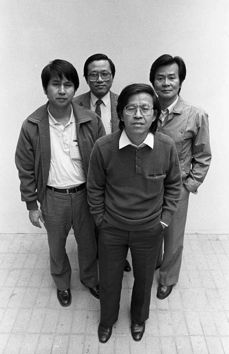 1987年3月12日,王杏慶(南方朔/前)、江春男(司馬文武/右)、周天瑞(後)與胡鴻仁(左)創辦《新新聞》,被稱為「四君子辦報」。(蔡明德攝)