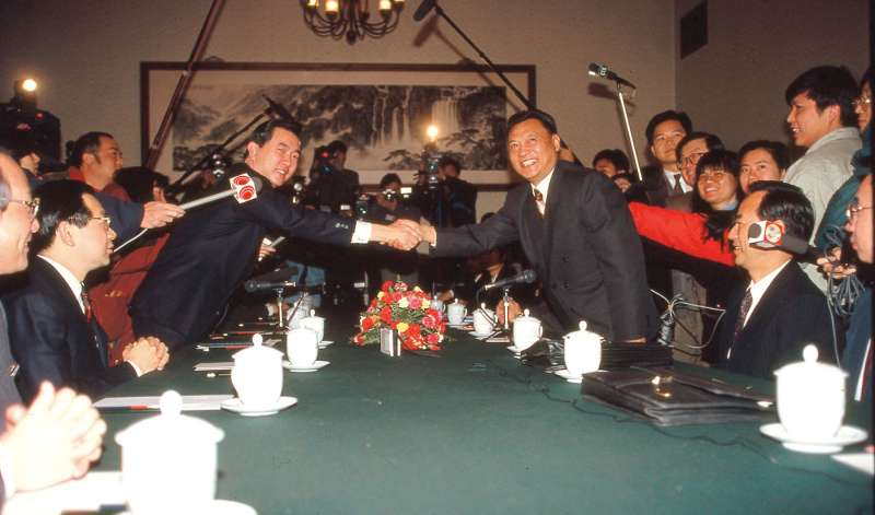 兩岸進入談判時代,海基會海協會分別扮演兩岸政府白手套。圖為1994年海基會秘書長焦仁和(左)與海協會副會長唐樹備(右)在台北會談。(符鼎偉攝)