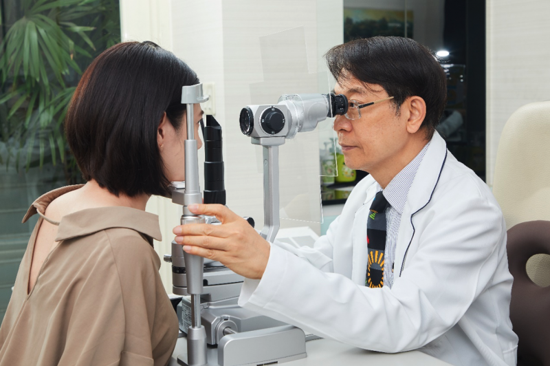 白佳欣醫師提醒民眾雷射後應保持良好用眼習慣,以避免視力回退情形發生。(圖片來源:白佳欣眼科診所)