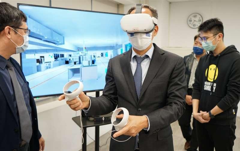 荷蘭駐台辦事處代表譚敬南體驗新創業者研發的產線人員VR訓練,大讚「Very Impressive!(讓人印象深刻)」。(圖/高雄經發局提供)