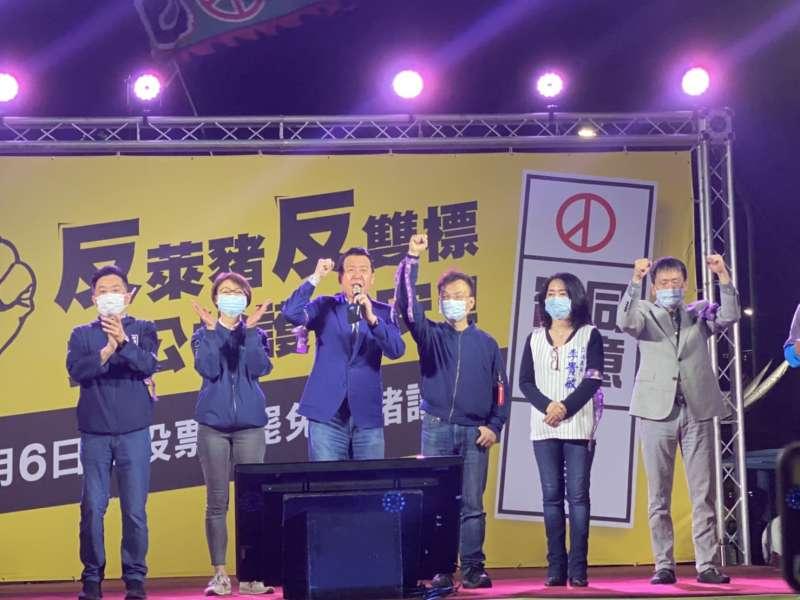 藍委魯明哲、吳怡玎、費鴻泰、鄭正鈐、李貴敏、林為洲(由左到右)都到「反萊豬反雙標、拼公投護食安」晚會表達支持。(國民黨立院黨團提供)