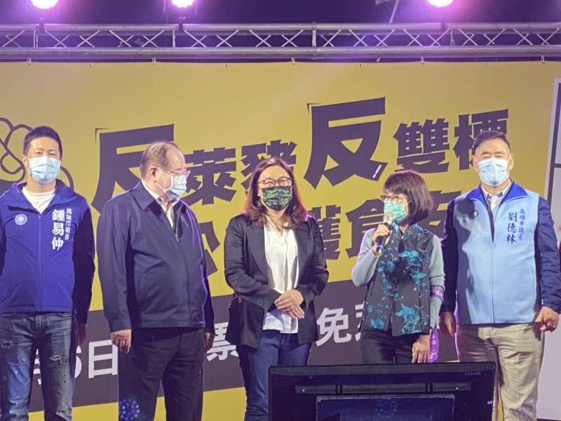 國民黨立委陳玉珍(中),也到了「反萊豬反雙標、拼公投護食安」晚會。(國民黨立院黨團提供)