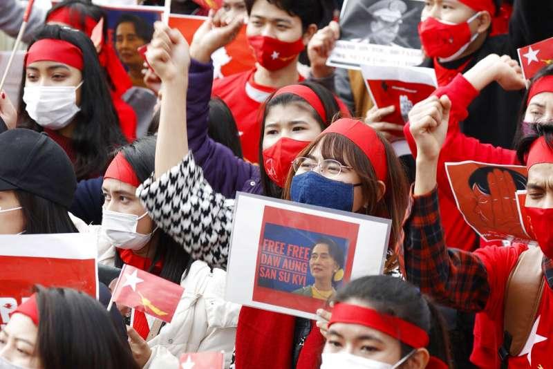 旅居日本的緬甸民眾7日在大阪街頭抗議軍方發動政變。(美聯社)
