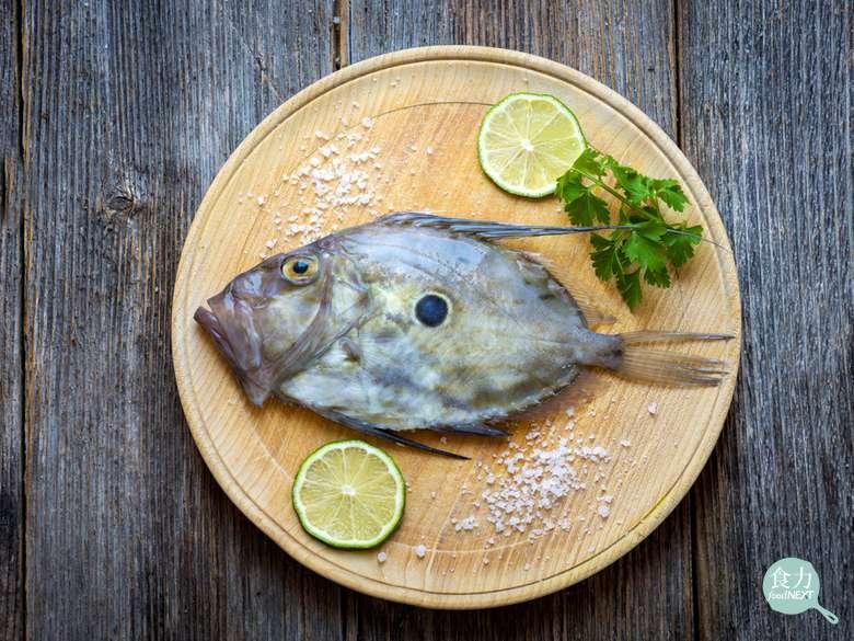 多利魚屬於價位較高的魴魚,外型呈橢圓形,體側中央有1個藍黑色圓斑。(圖/食力foodNEXT提供)