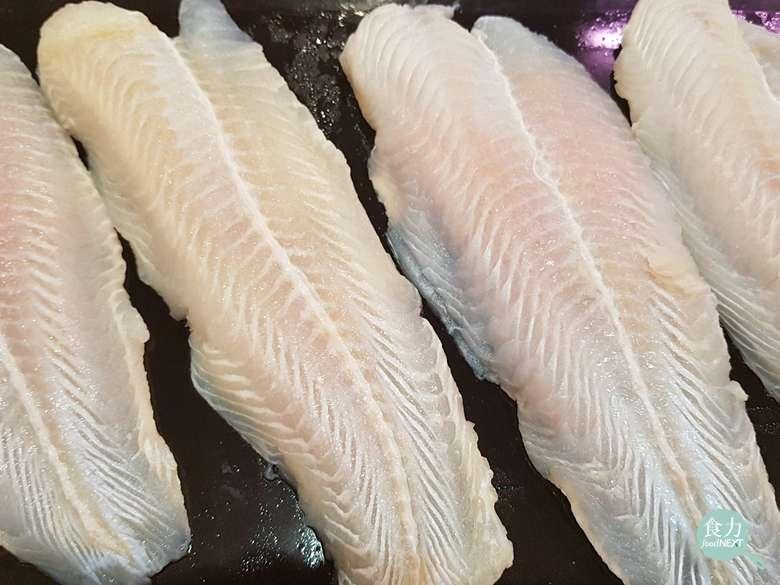 因為兩者加工後的外形相似,不肖業者常拿較低價的巴沙魚(上圖),來冒充高價的多利魚(下圖)。 (圖/食力foodNEXT提供)