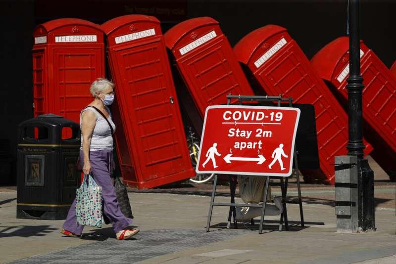 新冠疫情之下,倫敦街頭的保持社交距離告示。(美聯社)