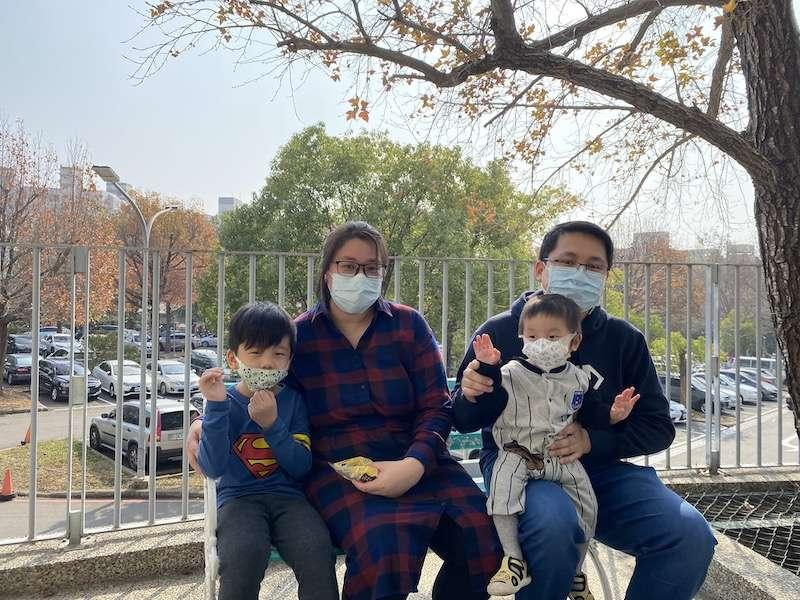 恒恒的媽媽表示,因為當地瑤池金母慈善基金會積極募款,在短短三天不到的時間募集台幣五百萬元醫療費,協助他們到台灣就醫。(圖/記者王秀禾攝)