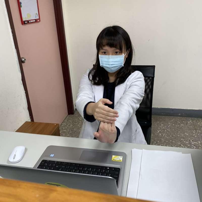 八里療養院職能治療師葉佳姍示範可以利用辦公室空間做的「收心操」。圖4。(八里療養院職能治療師葉佳姍提供)