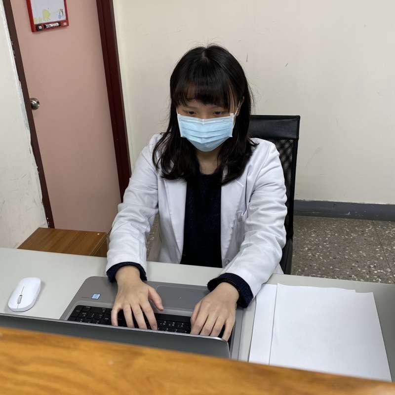 八里療養院職能治療師葉佳姍示範可以利用辦公室空間做的「收心操」。圖3。(八里療養院職能治療師葉佳姍提供)