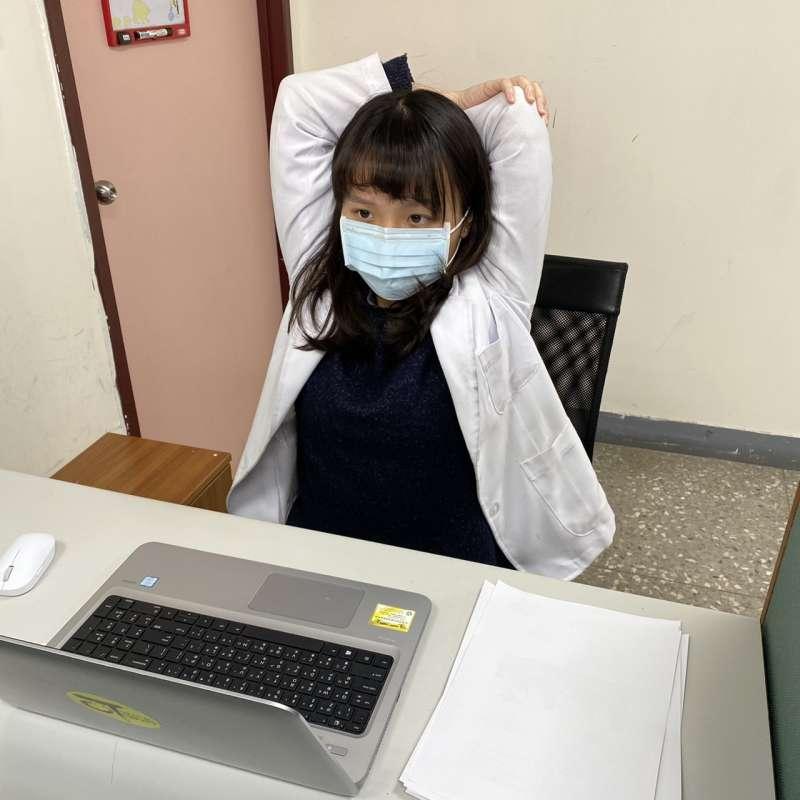 八里療養院職能治療師葉佳姍示範可以利用辦公室空間做的「收心操」。圖1。(八里療養院職能治療師葉佳姍提供)