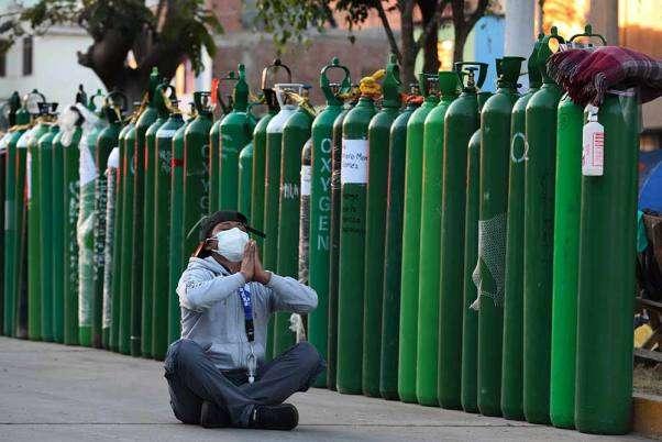 墨西哥疫情,墨國染疫死亡數飆升至全球第三高,氧氣瓶嚴重短缺。示意圖,圖為秘魯民眾等待為氧氣瓶打氣。(AP)
