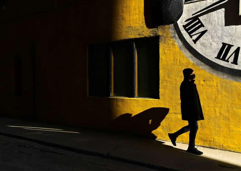 人生、時間。多倫多街角即景。(美聯社)