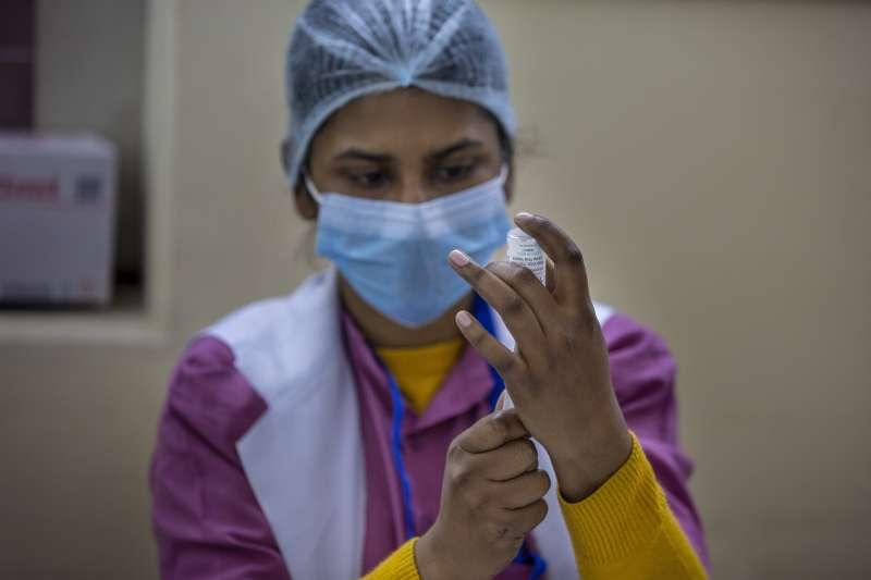 印度展開對抗中國的疫苗外交戰,搶先捐贈數十萬疫苗給孟加拉、不丹等鄰國。中印疫苗外交戰,中國疫苗,印度疫苗。(AP)