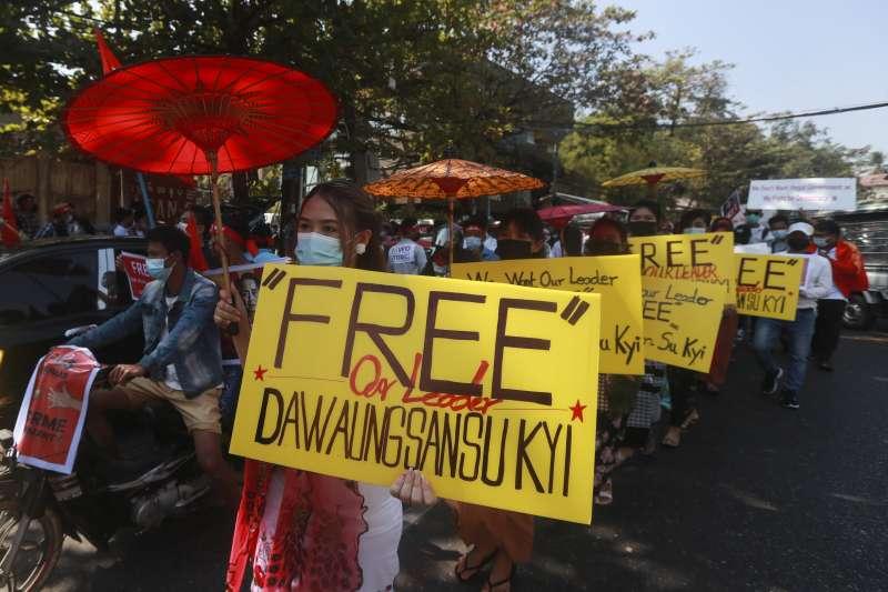 緬甸民眾舉行民主示威抗議軍事政變,許多人高呼釋放翁山蘇姬。(AP)