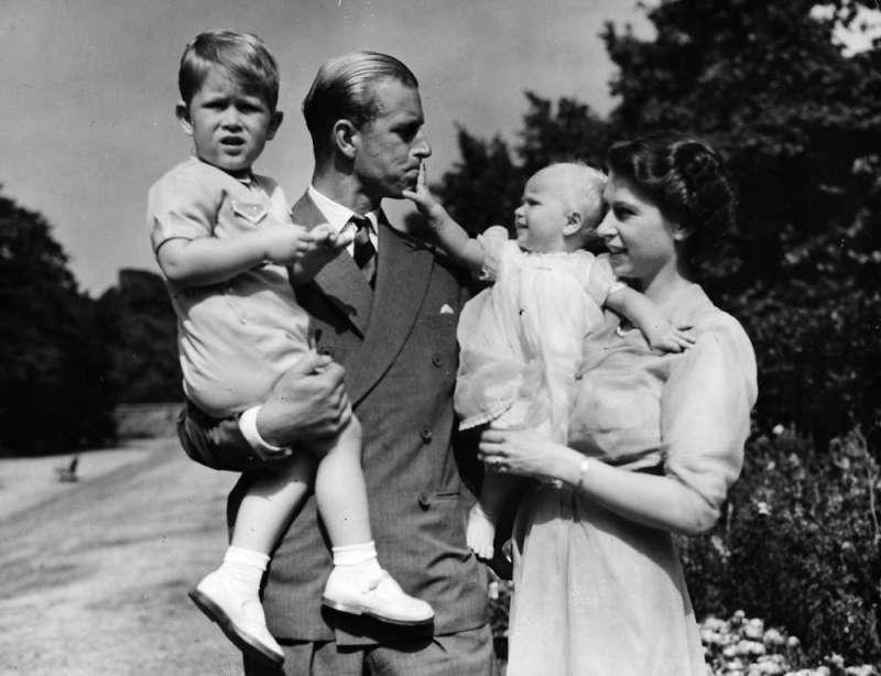 1951年,英國女王與丈夫菲利普親王帶著查爾斯王子與安妮公主亮相。(AP)