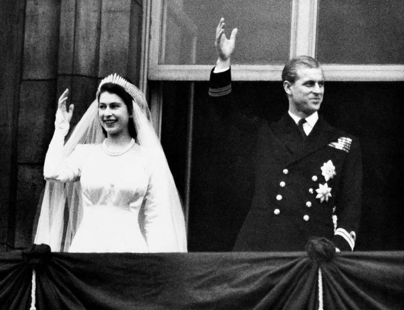 英國女王與菲利普親王1947年結婚照。(AP)