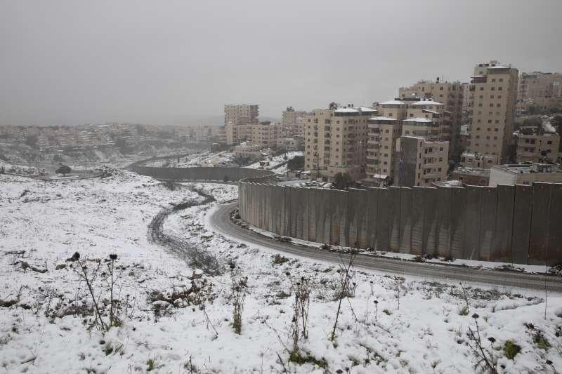 2021年2月,中東下起罕見大雪。圖為雪中的屯墾區隔離牆。(AP)