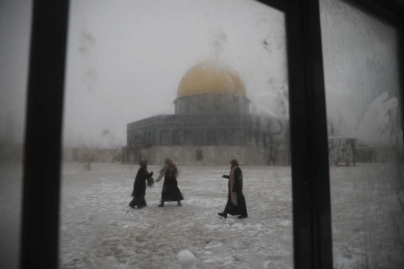 2021年2月,中東下起罕見大雪,圖為耶路撒冷的岩頂清真寺周邊雪景。