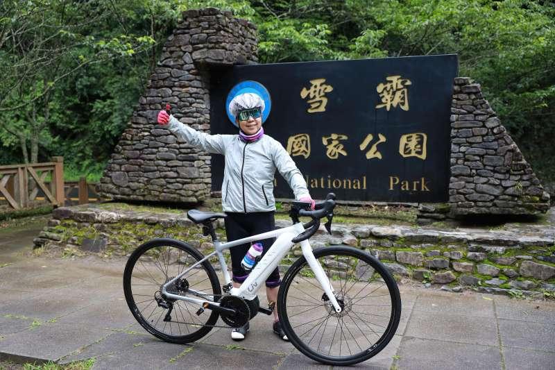 巨大集團董事長杜绣珍最愛往山裡騎,有一次騎上雪霸國家公園,以雙手舉起單車。(巨大集團提供)
