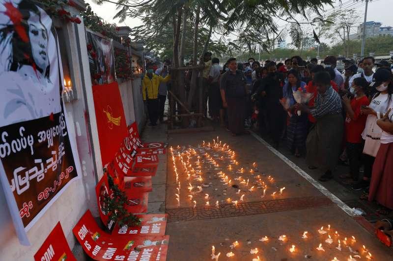 緬甸少女示威者苗兌兌凱頭部中彈不治,民主示威者紛紛上街獻花、哀悼。(AP)