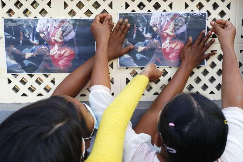 緬甸少女示威者苗兌兌凱頭部中彈不治,圖為民眾張貼她在抗議現場的最後身影。(AP)