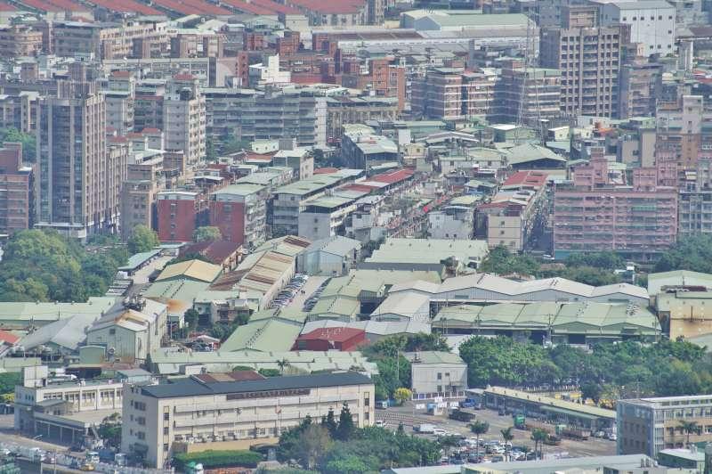 20210221-新北有多個工業區,許多建案沿著鐵皮工廠興建,蔚為景觀。房地產配圖,房市,都更。(盧逸峰攝)