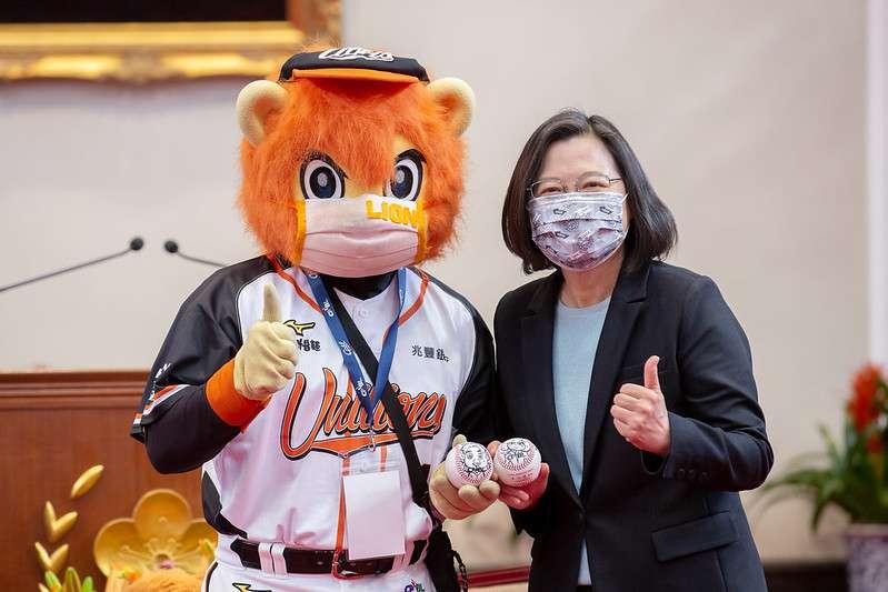 總統蔡英文22日上午接見「2020年中華職棒總冠軍統一7-ELEVEn獅隊」。(總統府提供)