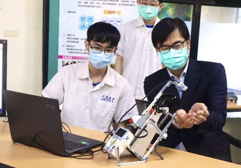 市長陳其邁與學生共同組裝酒精機器人,鼓勵學生玩出學習力,並邀請學生參與市政論壇勇於發聲對城市的建言。(圖/高雄市立三民高中提供)