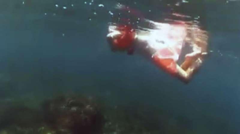 小勻的父母帶他到海中潛水,讓他能卸下陸地上身體的侷限,盡情徜徉在大海中。(圖/高雄醫學大學提供)