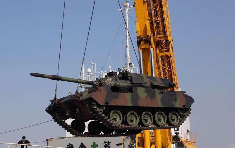 M41D戰車均以海運方式運抵,並以吊掛方式將車輛送上碼頭。(取自中華民國陸軍臉書)