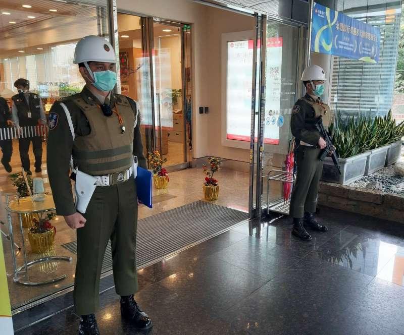憲兵配合警方實施金融機構簽巡,在員警簽簿冊同時,武裝憲兵持續對外警戒。(取自中華民國憲兵指揮部臉書)