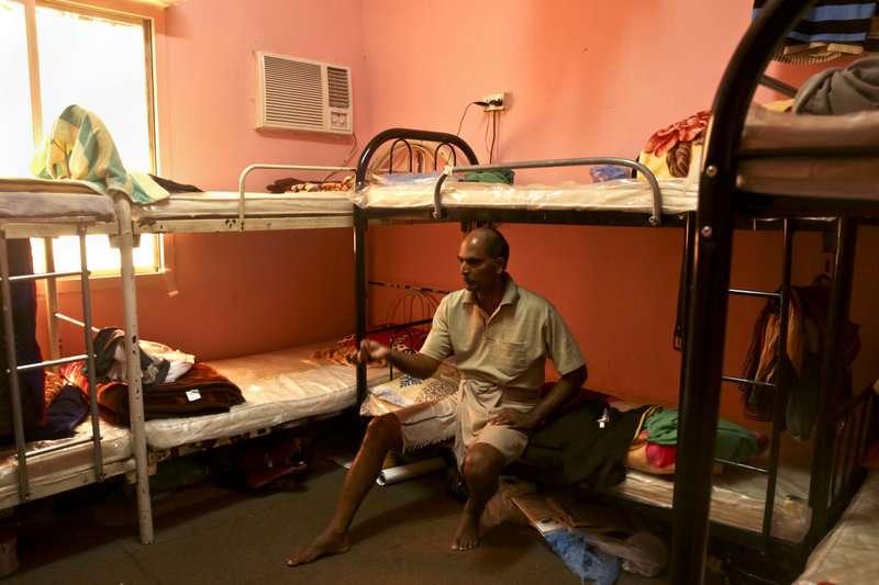 維拉易(Kuttamon Chembadnan Velayi)從印度到卡達工作,與其他7名勞工住在同一間宿舍房間(美聯社)