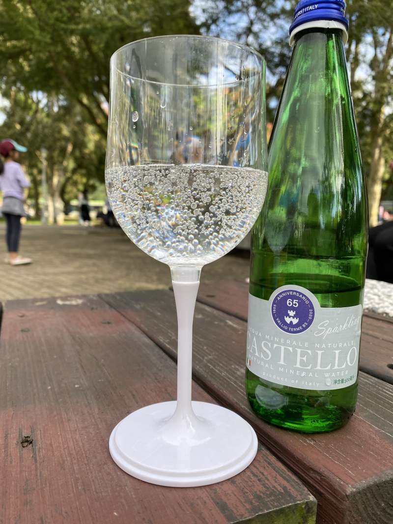 玻璃為惰性材質不會釋放或吸收任何成分,玻璃瓶裝更確保泉水品質。