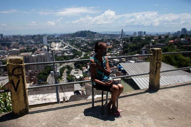2021年2月稍早,里約熱內盧,一名剛接種中國新冠疫苗的女子坐在自己的房外。(AP)