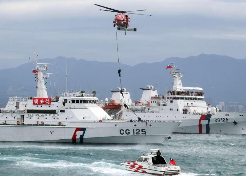 20210227-海巡特勤隊除以快艇強靠目標船實施登檢外,亦能以直升機快速繩降方式,數秒內即落至船隻甲板,例如2019年海安演習就曾對外展示此一戰技。(蘇仲泓攝)