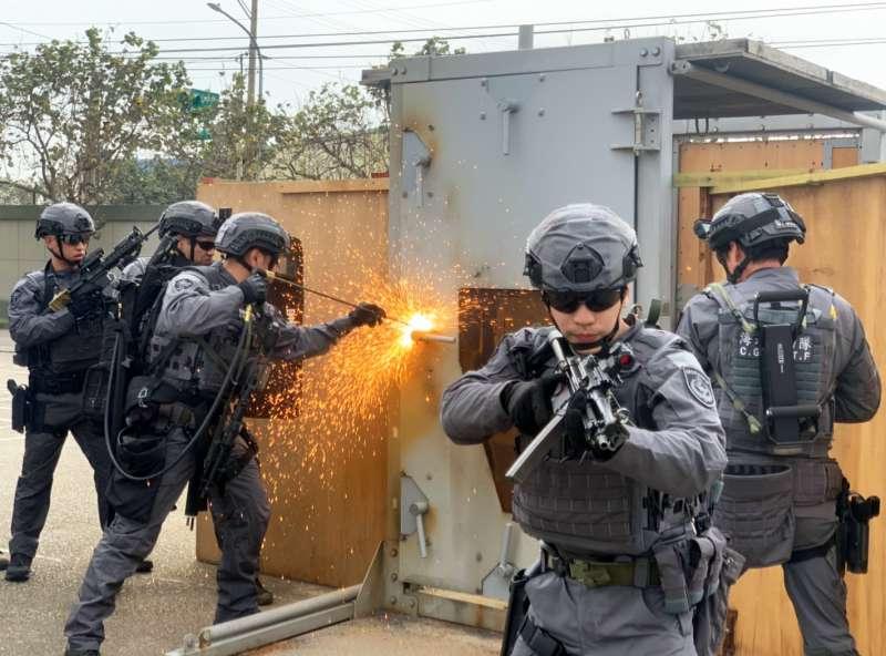20210227-海巡特勤隊必要時會配合海巡查緝隊等單位在陸上出勤,身為最先攻入屋內的「刀尖」角色,除純熟的限制空間戰鬥,還需具備對應不同情況的破門技術,如使用純氧切割氣「開門」(見圖)。(海巡署提供)